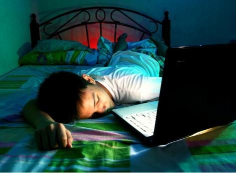Ecrans et santé mentale : le temps passé le soir aurait peu d'impact chez les ados