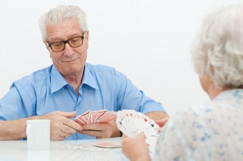 AVC : les cartes à jouer aussi efficaces que la Wii pour se rééduquer