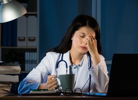 Conditions de travail : le British Medical Journal lance une campagne pour inciter les médecins à se reposer