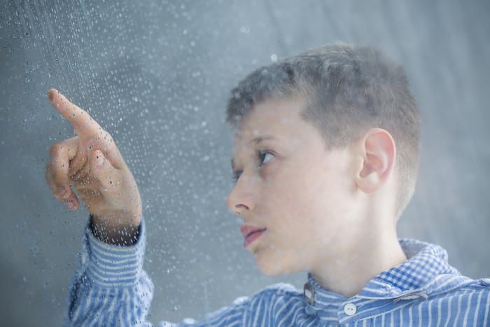 Autisme : réduction des symptômes encore 2 ans après une greffe fécale