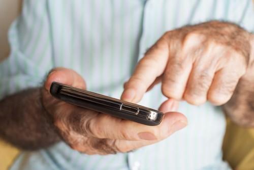 Alzheimer : quatre limitations précoces dans des gestes de tous les jours