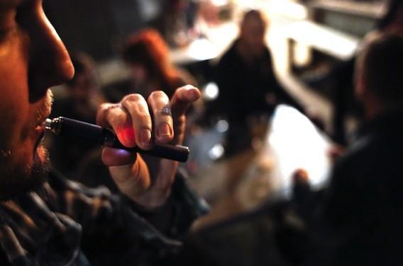E-cigarette : l'interdiction dans les lieux publics demandée par le HCSP