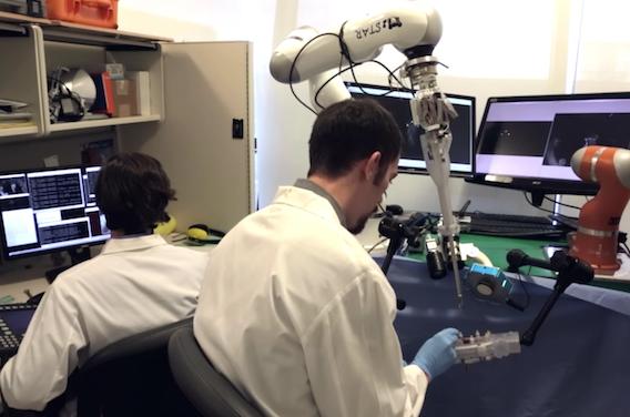 Chirurgie des intestins : le robot peut faire aussi bien que le chirurgien