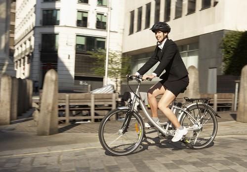 Vélo électrique : aller au travail réduit le risque cardiaque